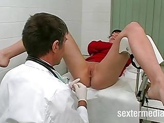 Skinny Teenie vom Frauenarzt gefickt!