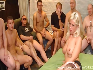 Blonde Sau wird auf echtem Gangbang durchgefickt & schluckt