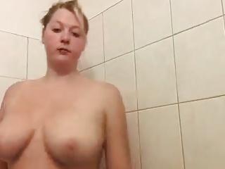 Teen Bitch 18 unter der dusche