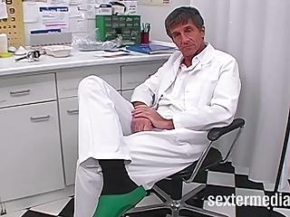 Was macht denn der Doktor da im Arsch