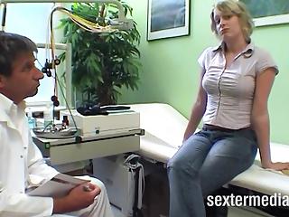 Deutscher Frauenarzt untersucht Patientin
