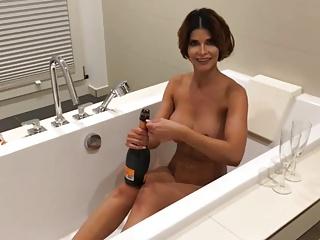 Micaela Schaefer badet nackt mit Sekt