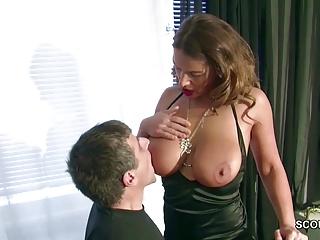 Teeny mit dicken Titten laesst sich vom Vermieter ficken