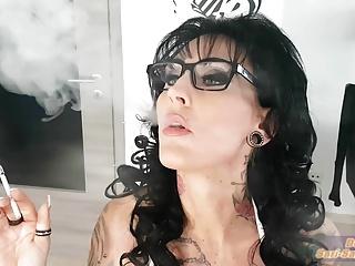 Deutsche real escort Milf raucht – german smoke fetisch