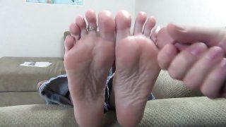 Milf Tina's worship,fj and cumshot on her feet
