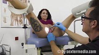 Mara Martinez beim Frauenarzt
